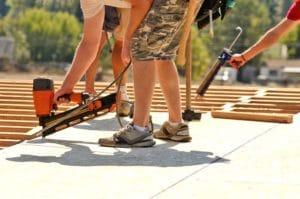 Bild: Handwerker mit Druckluftnagler auf Dach