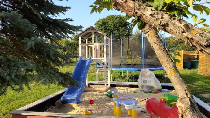Gartenhaus Gmbh Spielturm und Bäume im Garten